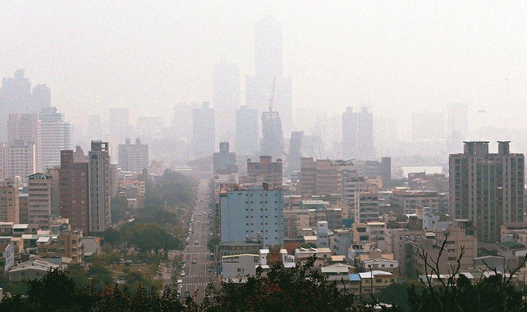 11月底,高雄八五大楼隐没在雾霾之中情形。(图片来源:台湾《联合报》)
