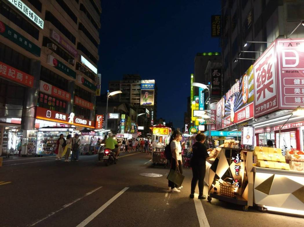陆客近半年减6成以上,六合夜市生意惨淡。(图片来源:台湾《联合报》)