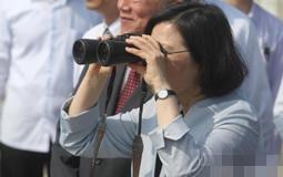 蔡英文下午到苗栗县用望远镜眺望,视察离岸风力发电机。.jpg