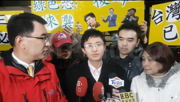侯汉廷(中)。(图片来源:台湾《联合报》)