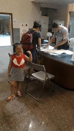 日本男鞋品牌台湾幼儿园女童捡到5块钱 坚持交给警察叔叔(图)