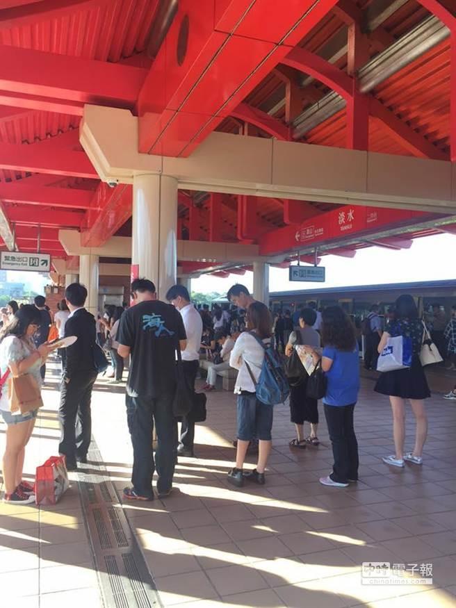 台北捷运淡水站24日上午7点09分一名年约30岁男性旅客跳下轨道,导致捷运停驶11分钟,淡水线班次大乱