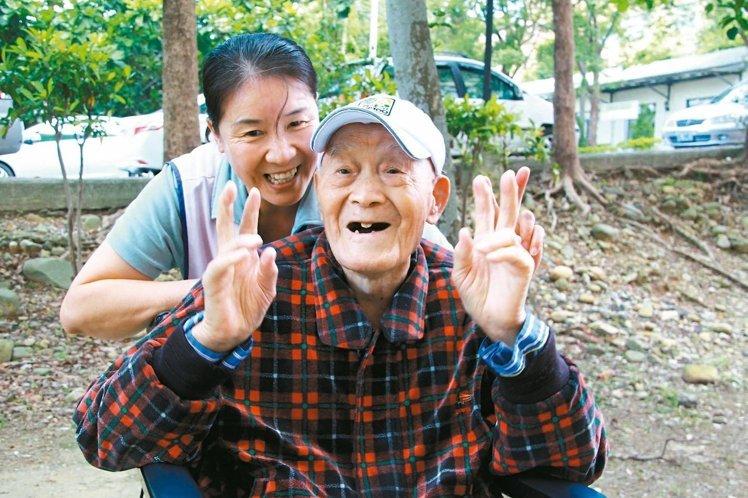 115岁杨之干,个性随和又爱笑,看护胡翠娥也喜欢和他相处。(《联合报》 陈雨鑫摄)