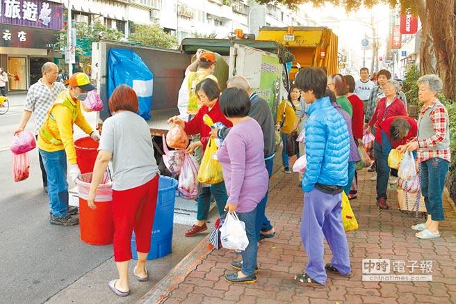 """""""一例一休""""造成台湾产业动荡,而台北市清洁队员亦传出在假日人力不足的状况"""