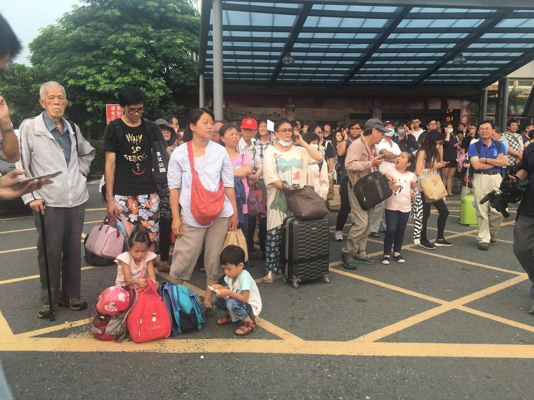 台铁莒光号列车出轨 台南车站被人潮包围宛如避难潮