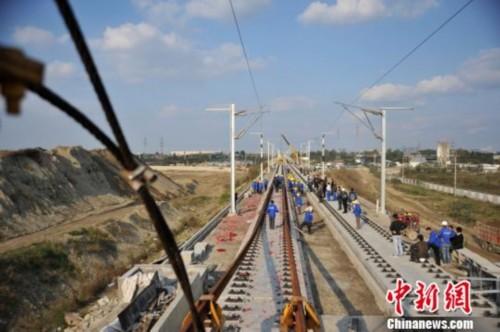 地区首条开工建设的高速铁路全面转入轨道施工阶段