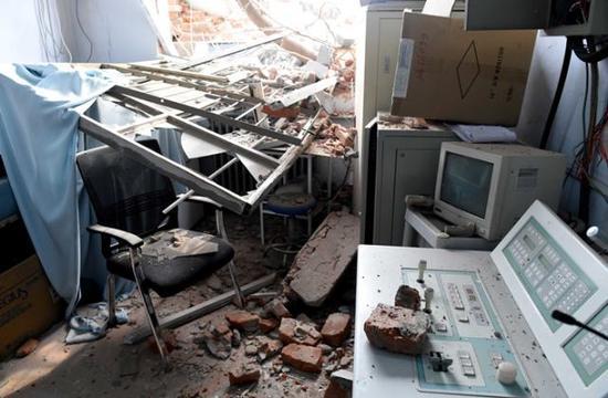 李安/郑州大学第四附属医院被拆的诊疗室内满地狼藉。新华社记者 李安...