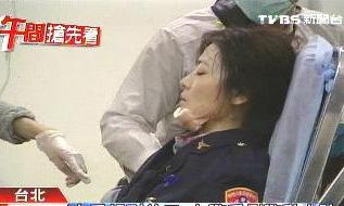 女警昏倒 图片来源:台湾TVBS电视台-台民代 立院 报到 女警轰然倒地