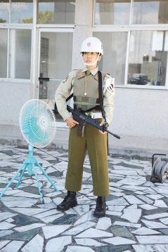 怕站岗女兵中暑 台军官怜香惜玉供电扇