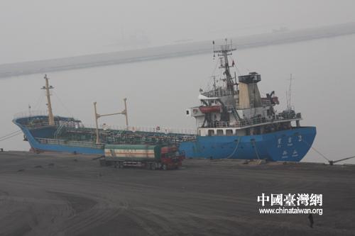 在潍坊森达美港等待的货船.(中国台湾网 刘海伟摄)