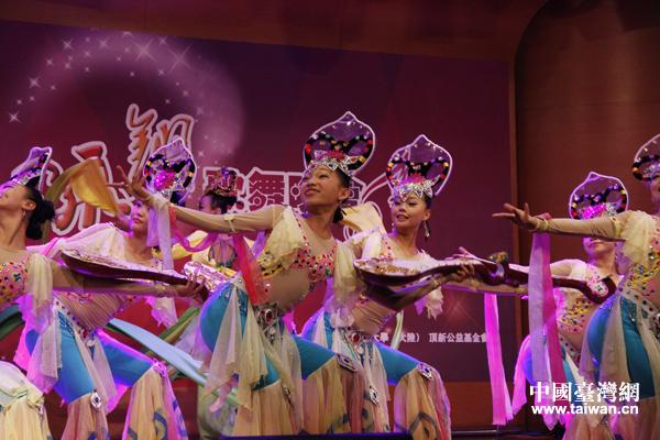 第六届中华文化快车北京心灵呼唤艺术团7日晚间在台湾中国文化大学举办歌舞晚会,图为艺术团聋人演员成员表演舞蹈《怒放的青春》。(中国台湾网 普燕 摄)   中国台湾网10月8日台北消息 10月7日,第六届中华文化快车北京心灵呼唤艺术团在台湾中国文化大学举办歌舞晚会,三十多名残障演员,用坚强乐观、自强不息的精神,为中国文化大学的师生们呈现了一场蕴含中华传统文化内涵、节目丰富精彩的视听盛宴。   晚会上,艺术团表演了极具敦煌文化艺术特色的舞蹈《千手观音》,著名的川剧经典《变脸》,大型古典舞《飞天》,以及表