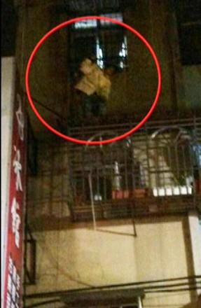 最新性交门_组图:台湾16岁男痴恋42岁干妈 爬墙割腕踹门死缠
