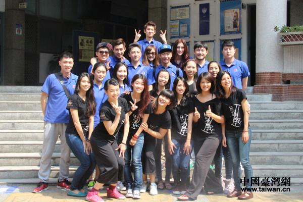 图为北京电影学院学生与台中体育运动大学体育舞蹈学系学生合影.图片