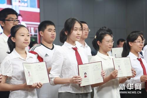 各班同学依次起立向老师大声致谢,除了和老师们的毕业告别,人大附中的图片