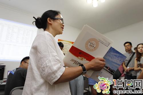 重庆师范大学负责招生工作的老师讲解录取通知书的发放流程. 首席记