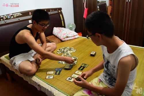 """还陪着他一起玩玩""""三国杀""""之类的纸牌游戏."""