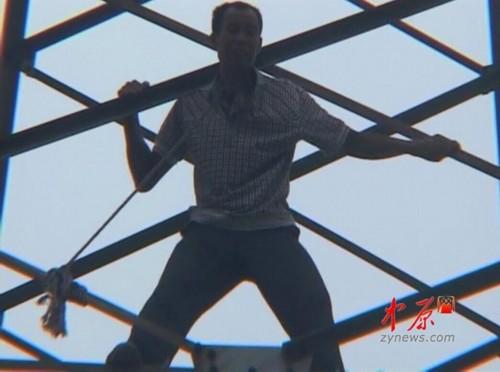 被逼无奈才爬上高压线塔