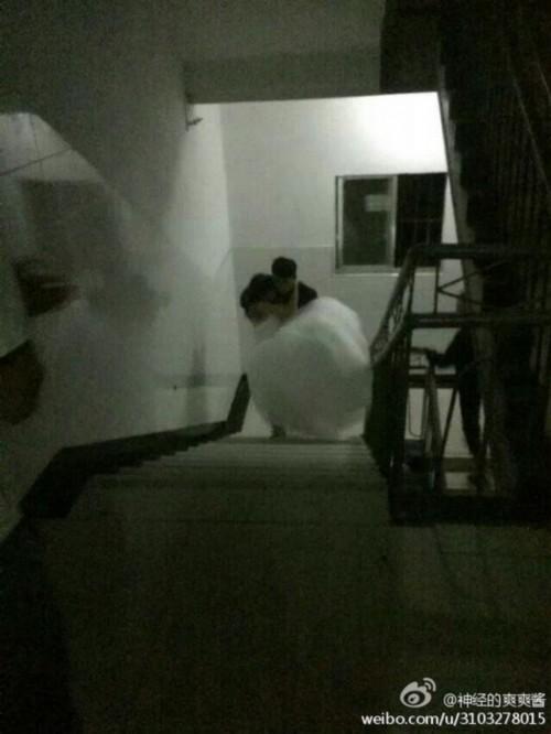 武汉大二女生穿婚纱 在男友寝室楼下求婚