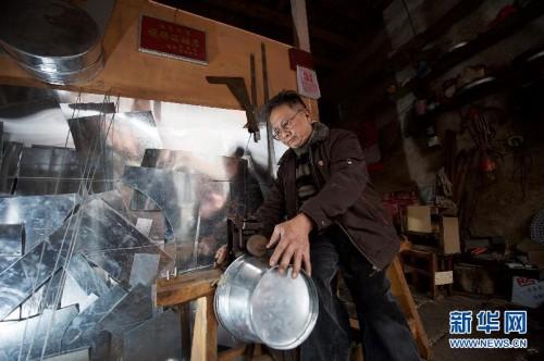 70岁的李伟茂在制作铁桶