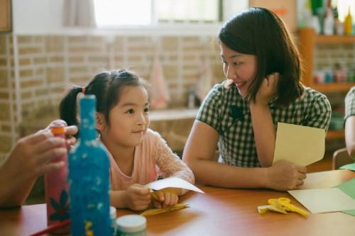 漂亮幼儿园老师穿旗袍上课 还有小孩要哭着回家吗