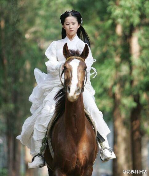 刘亦菲骑马白衣各种美一袭冰棍仙气十足体育游戏剧照和冰球图片