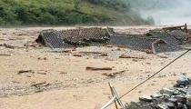 九寨沟县发生特大泥石流 房屋被淹没游客受阻