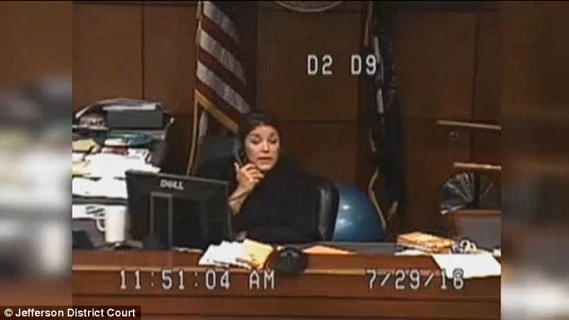 美国女犯人不穿裤子走上法庭引法官暴怒图片