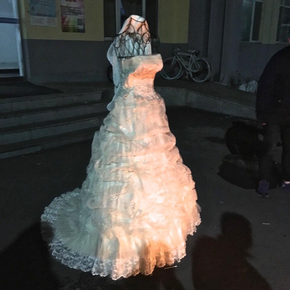 吉林一大学男生携婚纱求婚 诚意满满(组图)
