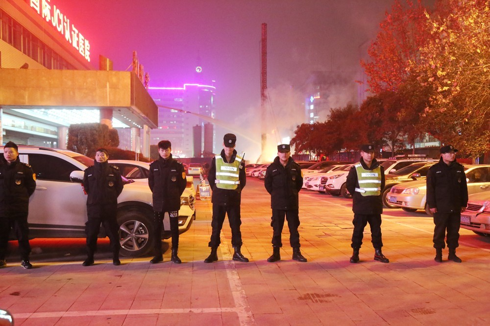 地铁 郑州/截止20:05,天然气阀门被关闭后明火熄灭。目前,地铁建设单位、...
