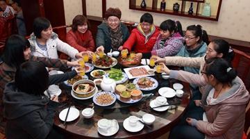 团圆饭越吃越健康:城市吃新鲜 农村不再杀年猪.JPG