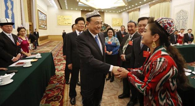 李克强来到新疆团:和每位代表握手