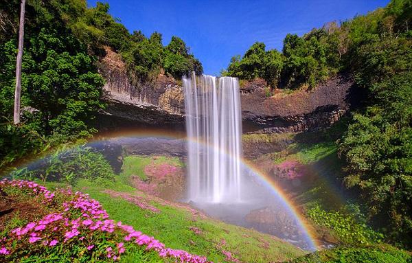 【环球网综合报道】据英国《每日邮报》1月11日报道,50岁的环保官员楚差班吕(Choochat Banlue)在老挝占巴塞省的帕克松旅游时发现了双彩虹,而彩虹的始端竟在瀑布下面。   楚差在帕克松的一处山谷发现了五彩斑斓的双彩虹,于是他翻过郁郁葱葱的山谷追寻彩虹的源头。与神话中的说法不一样的是,彩虹的尽头既没有黄金罐子,也没有爱尔兰矮妖,而是有一处长达30米的瀑布。   据悉,这种现象是由于瀑布的水流击打在岩石上溅起的水雾而形成的。但楚差表示,这是他见过的最美的户外景象。(实习编译:濮宇 审稿:朱盈