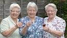 英最长寿三胞胎庆八旬寿辰 出生时收到王室祝贺信