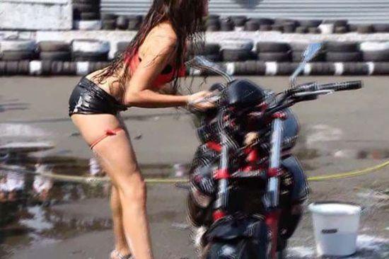 外国湿身美女边洗车边大跳热舞
