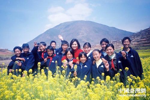 張平宜和孩子們合影.圖片來源:中華希望之翼服務協會