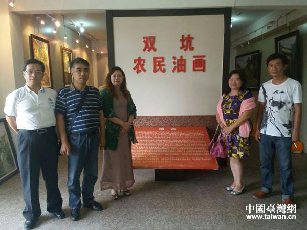 吴和珍和宁德工艺美术协会理事黄行荣交流,希望协助推广双坑农民油画村,并在此建立艺术驻村点