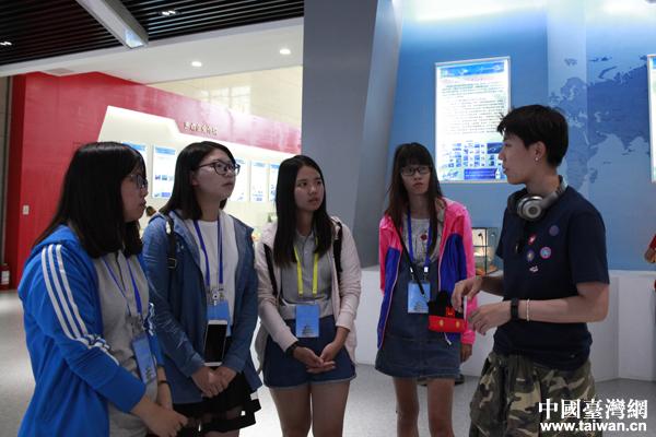 林芳玮向其他台湾青年介绍大陆近年来的发展情况