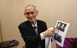 高秉涵向记者展示他和他母亲的合照。_副本_副本.jpg