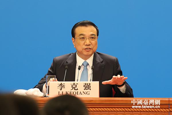 国务院总理李克强在人民大会堂三楼金色大厅会见中外记者并回答记者提出的问题。