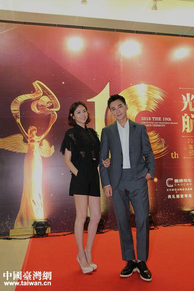 出席活动演员夏雨乔(左)与是元介(右)合影。(中国台湾网 袁楚 摄)