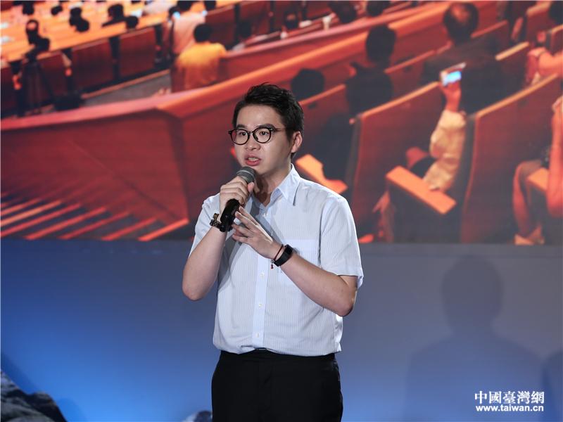 台湾青年郑博宇:就算在天桥上贴膜 我也要留在大陆