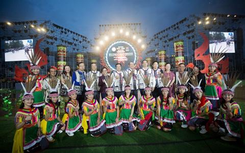 两岸澳门十大博彩娱乐平台齐举火把狂欢 载歌载舞同庆民族佳节