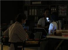 台北101大楼停电,美食街的民众摸黑用餐。(图片来源:台湾《联合报》)_副本.jpg