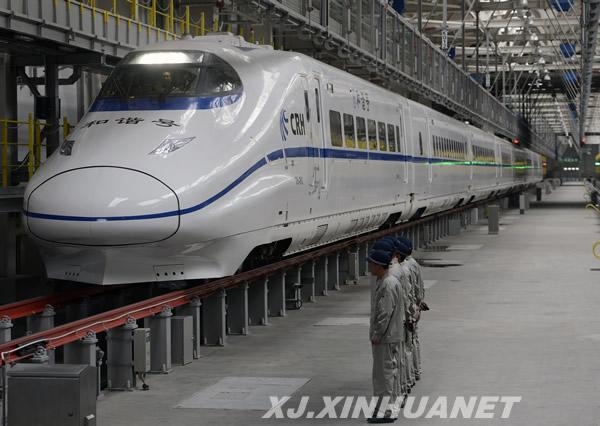 高铁穿越大漠戈壁 新疆铁路进入新时代
