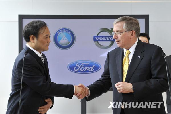 吉利汽车集团董事长李书福(左)与美国福特汽车公司首席财务官高清图片