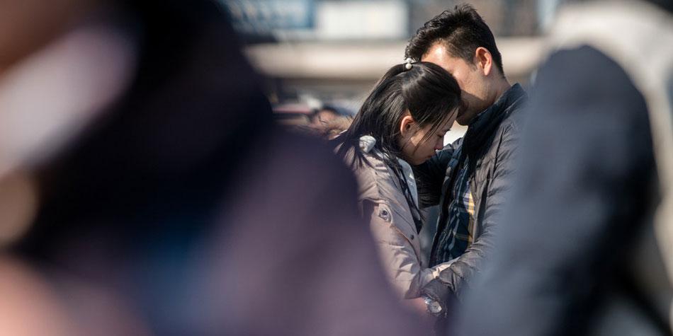 2018春运:火车站里 当情人节撞上春节