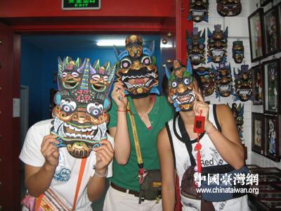 这时,脸谱面具,这个充满了神奇和文化厚重感的中国特色的民俗工艺品
