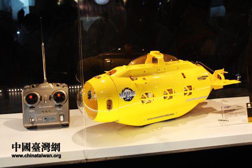 全球首款遥控潜艇,并载有摄像头.(    摄) -台湾精品馆亮相西博会