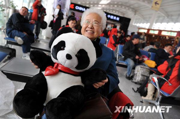 12月26日,75岁的段福珍老人在青岛流亭国际机场候机厅等候登机,她