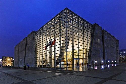 实体结构将以钢建筑材料为主,外墙将覆盖有西班牙风格的柳条编织品,并